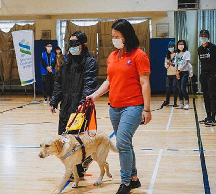 惠光導盲犬協會的導盲犬帶著跑者步行與轉彎,體驗視障者的生活