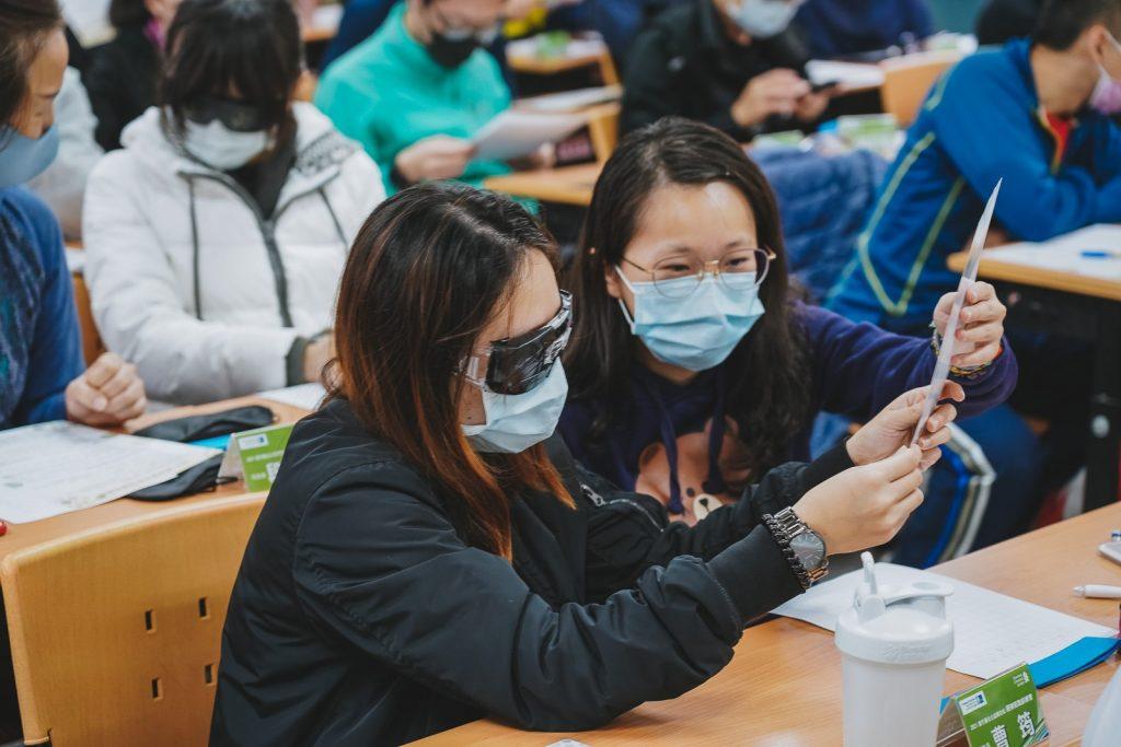 跑者戴上各式不同的眼鏡模擬視障者進行閱讀與書寫,實際感受視障者在生活上的種種不便利