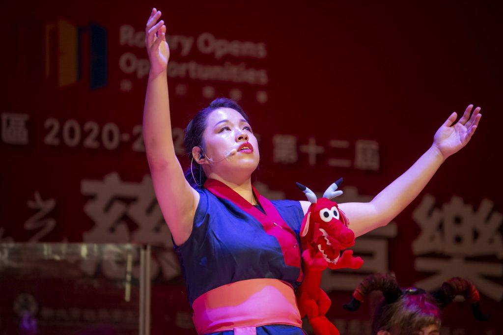 圖一:《誰在月光下唱歌》類音樂劇-視障音樂人江尉綺飾演花木蘭玩偶